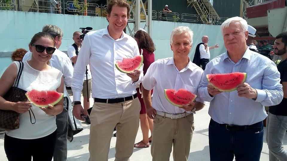 Стало известно, когда в Киев приплывет первая в этом сезоне баржа с арбузами