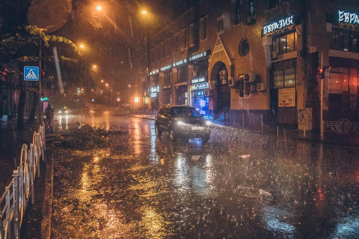 Из-за ливня в Киеве затопило центральные улицы (фото)