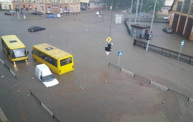 Во Львове из подтопленных машин эвакуировали 130 человек (видео)