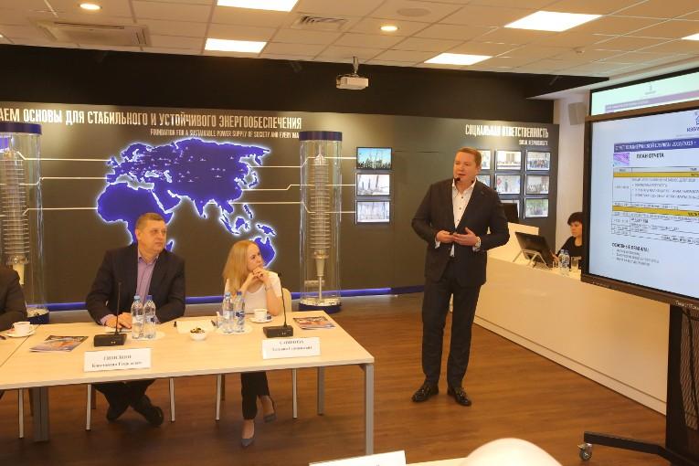 Иван Панфилов открывает собрание, посвященное отчету коммерческой службы компании «Изолятор»
